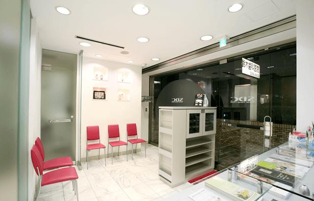 待合室です。すっきりと統一された内装は、スタイリッシュな印象です。