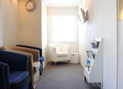 待合スペースには心地の良いソファがありますので、どうぞおくつろぎください。