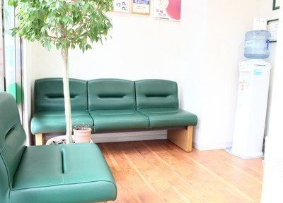 待合スペースです。緑色にまとめられた空間は、リラックスしていただけます。ウォーターサーバー完備です。