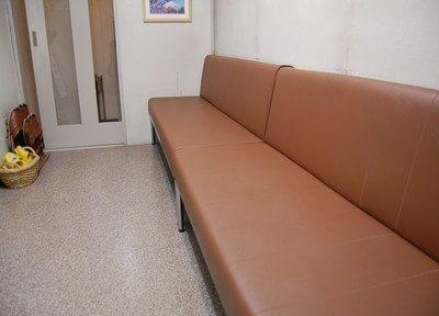 待合室には広いソファーがあります。
