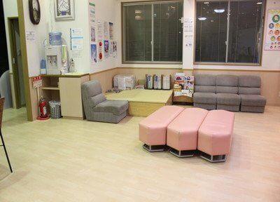 待合室には豊富にソファーもございますのでご利用ください。