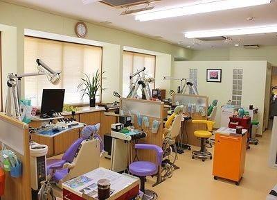 カラフルな診療チェアが印象的な診療室です。