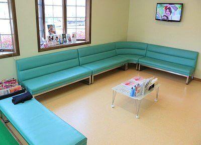 待合室には雑誌やテレビなどを置いています。