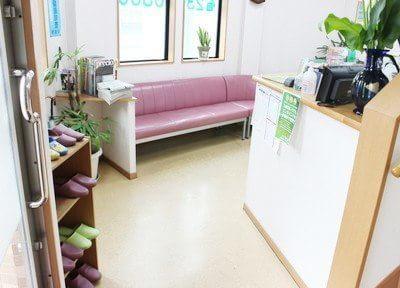 待合スペースです。衛生管理のため、スリッパを用意しています。