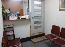 待合室では雑誌などを読みながらリラックスしてお待ちいただけます。