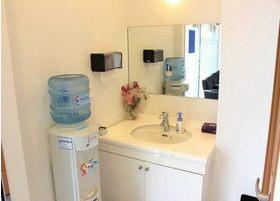 清潔感のある洗面台です。ウォーターサーバーもございます。