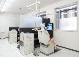 診療室はパーテーションで区切り、プライベート空間を確保しています。