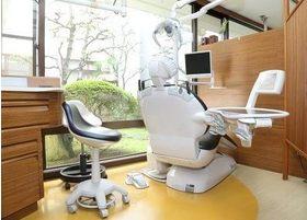 診療ユニットは窓際に設置しているため、明るい環境での治療を行えます。
