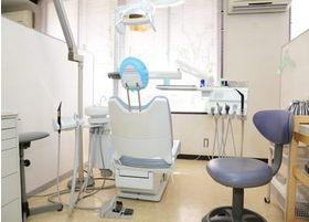 診療チェアは窓際を向いており、明るい診療室です。