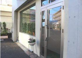 国立緑歯科クリニックの外観です。こちらの入り口よりお入り下さい。