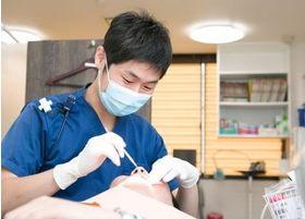 院長による診療風景です。患者様に満足していただける治療を心掛けております。