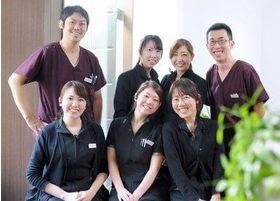 心斎橋セントラル歯科の医師とスタッフです。