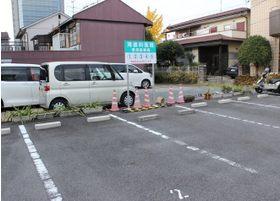 医院前には駐車場もございます。