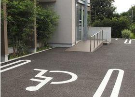 車いすの方でもご来院しやすいよう、専用の駐車場をご用意しております。また、スロープもご用意しておりますので、ご利用ください。