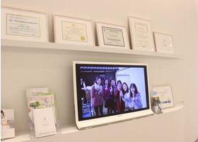 待合室には院長やスタッフのプライベート写真をモニターに映し出しております。