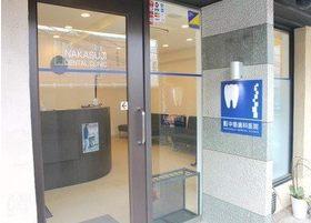入口です。土日も20時まで診療を行っています。