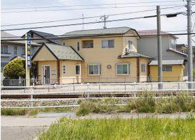 8号線を降りて線路の向かいに当院がございます。