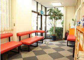 待合室は広く、また光がよく差し込む空間を整えております。