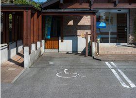 車椅子専用の駐車場もございます。