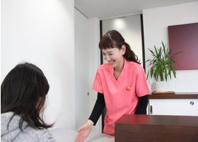 スタッフが笑顔で丁寧に挨拶し、診療室までご案内します