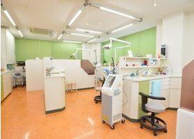診療室は診療チェアごとのスペースを広く取り、パーテーションで仕切られています。