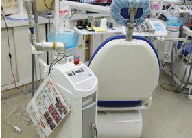 レーザー治療機を使用して、できる限り痛みを少なく、歯茎の切開などを行います。