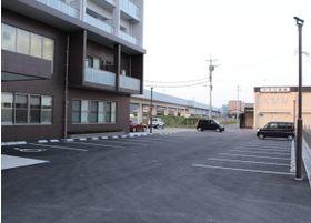 医院の前に広い駐車場をご用意しております。