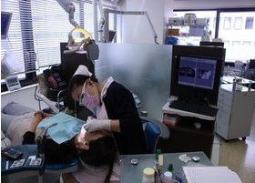 歯科衛生士が、歯のクリーニングを進めていきます。