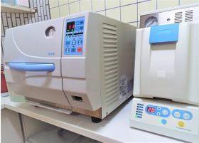 消毒器・滅菌器を使い、衛生管理に力を入れています。