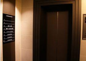 ビルの入口を入ったら、エレベーターをご利用ください。