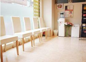 太陽の光が入る、明るい待合室です。