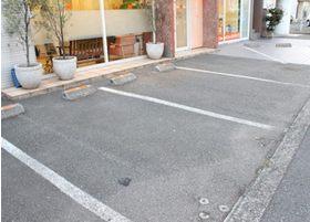 駐車場もご用意しておりますので、お車でお越しいただくこともできます。