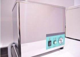 治療の器具を洗浄・滅菌をする前に、こちらで汚れを改善します。