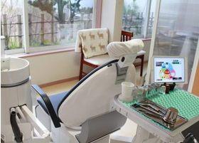 当院の診療室は半個室なのでプライベートと開放感の両立が可能です。