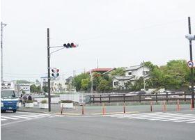 赤関橋停留所から方は、停留所右手にある横断歩道を反対車線側に渡ります。