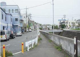 その後、川沿いの道を駅とは反対方向に進みます