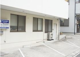 1階にある内科の前に共有の駐車場が3台あります。医院の横にある駐車場と合わせて計4台分ございますので、お車でもお越しいただけます。