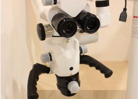 マイクロスコープを使用して肉眼では確認しづらい部分の治療も行っていきます
