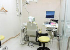 白が基調で清潔感のある診療室です。