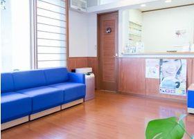青を基調とした待合室になっております。