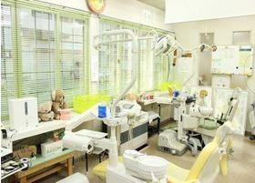 患者様のご不安を和らげるように明るい色合いの診療室です。