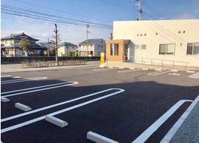 広い駐車場が8台分あります。