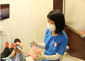 歯科衛生士が丁寧にご自宅でのケアの仕方をご説明します。