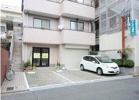 外観です。医院前には、2台分の駐車場をご用意しております。