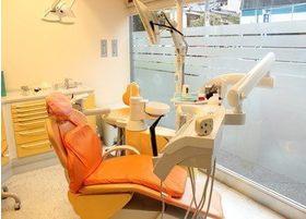 診療室はオレンジ色を基調とした内装で緊張感を解します。