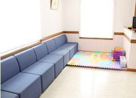ブルーを基調としたソファで、ゆったりとお待ちください。
