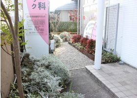 入り口横にも季節によって色を変えるお花などもございます。