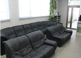 大きなソファをご用意しております。ゆったりとお待ちください。