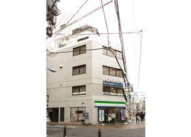新宿御苑前駅から徒歩1分の場所にあります。