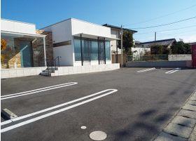 駐車場は医院前に合計13台分ご用意しております。